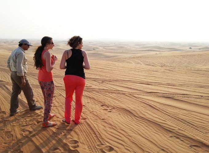 砂丘の上で休憩。ロシアから来た女性たちと同行。