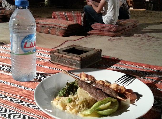 砂漠の真ん中でアラビアンな夕食