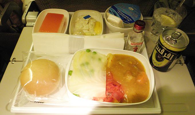 エミレーツ航空の機内食(In-flight meal)とジントニック(Gin and tonic)