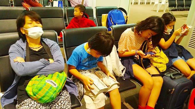 ボディチェックして …待つ。那覇空港LCCターミナル