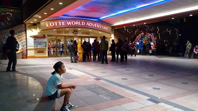 妹妹を連れて周辺を散策 - アイススケートリンク(Lotte World.)