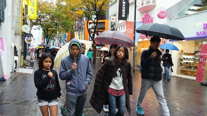みんな串くわえちゃって…。 - 明洞中区(チュング)散策(Walk in Myeong-dong.)
