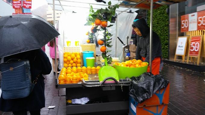 フレッシュフルーツジュースを売る屋台。 - 明洞散策(Walk in Myeong-dong.)