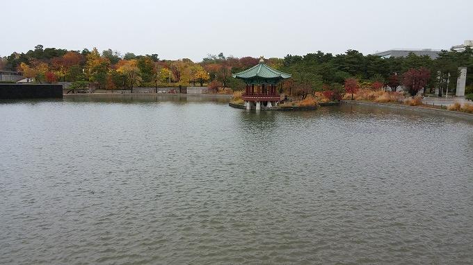 博物館前の池 - 国立中央博物館へ(To National Hangeul Museum.)