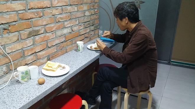 ソウル中区(チュング)北倉洞の朝・狭いテーブル