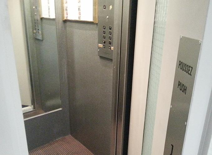 ドア付のエレベーター