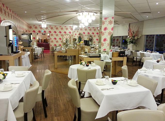 白基調、ピンクの花の壁紙のレストラン。