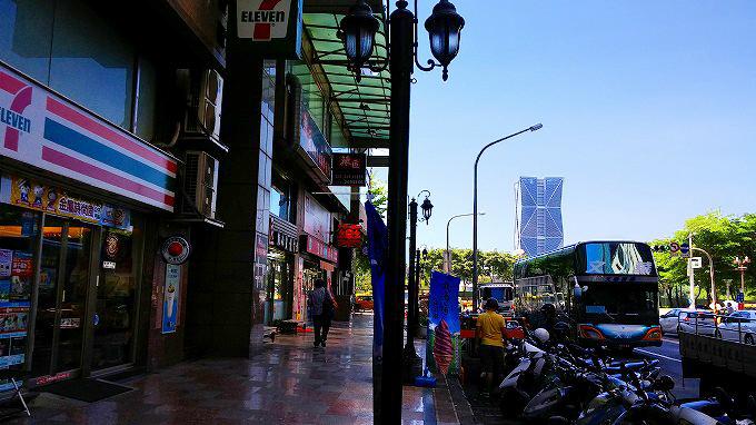 向かいのセブンイレブン…高雄85ビル(gao xiong 85dalou/ 高雄85大樓)
