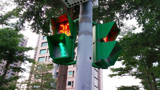 歩道者信号には残秒数が表示されていてとても便利。忠孝復興駅→中正紀念堂(zhongzheng jiniantang.)